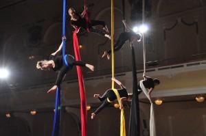Sodobni cirkus: Ples na tkanini